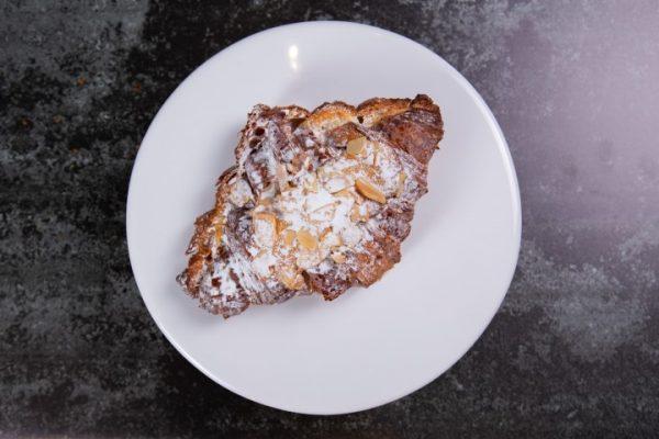 קרואסון חמאה במילוי קרם שקדים זקס בייקרי ואוכל טוב