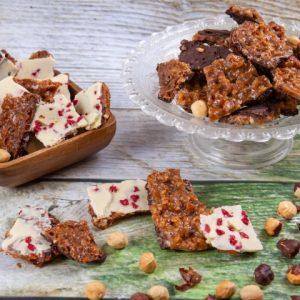 """עוגיות """"קראק"""" שוקולד לבןמריר על פיצוחים מקורמלים זקס בייקרי ואוכל טוב"""