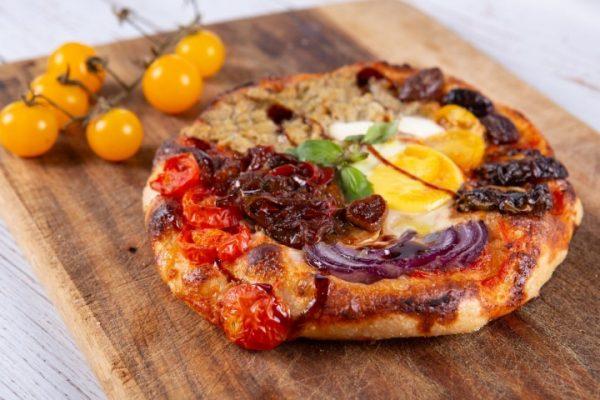 פיצטה מחית ארטישוק שרי בצל פלפל קלוי חלמון וזיתים זקס בייקרי ואוכל טוב