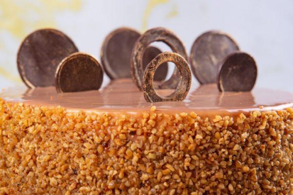 מוס סניקרס תחתית בראוניז בוטנים קרמו שוקולד מריר טופי וקרמל מלוח (מכיל אגוזים) זקס בייקרי ואוכל טוב