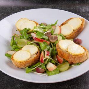 סלט ירוקים פירות העונה וטוסטוני גבינת עיזים זקס בייקרי ואוכל טוב