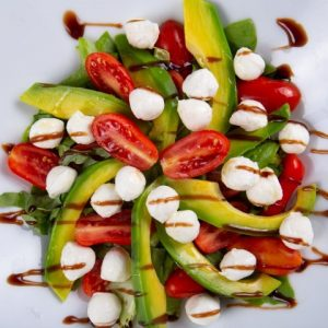 סלט קפרזה מוצרלה אבוקדו זקס בייקרי ואוכל טוב