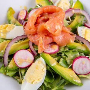 סלט סלמון נורווגי ירוקים ביצה צנונית אבוקדו בצל סגול סלמון מעושן ברוטב ויניגרט זקס בייקרי ואוכל טוב