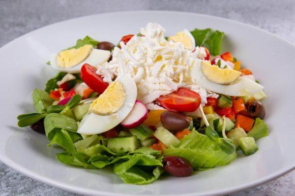 סלט ביקיני פטה חסה ירקות העונה ביצה ועגבניות שרי